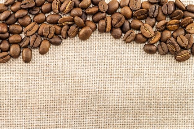 黄麻布の荒布キャンバスとコーヒー豆