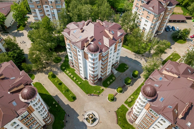 Вид сверху многоквартирных или офисных высотных зданий