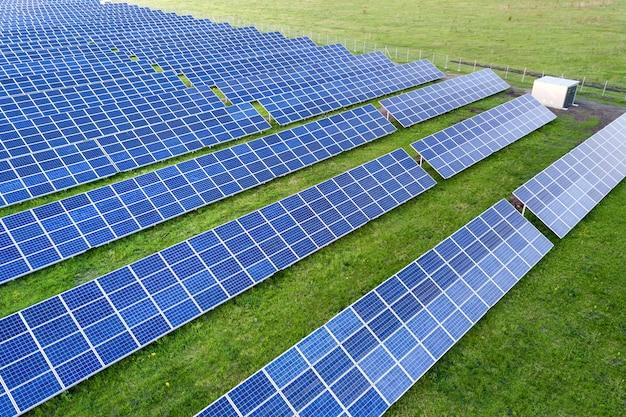 再生可能なクリーンエネルギーを生産するソーラーパネルシステム。