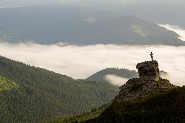 山の谷のシルエット登山家