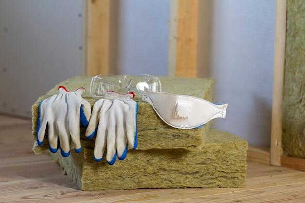 防寒用のロックウールとグラスファイバーの断熱材。