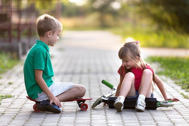 日当たりの良い舗装で楽しんでいる子供たち