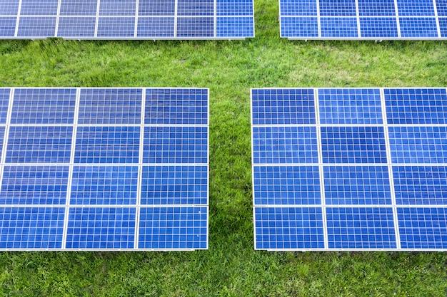 緑の芝生で再生可能なクリーンエネルギーを生成するソーラーパネル。