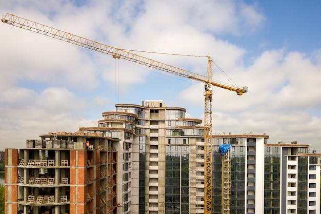 建設中のアパートまたはオフィスの高層ビル。