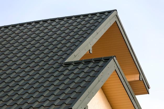 Деталь конца-вверх новой современной верхней части дома с постриженной зеленой крышей