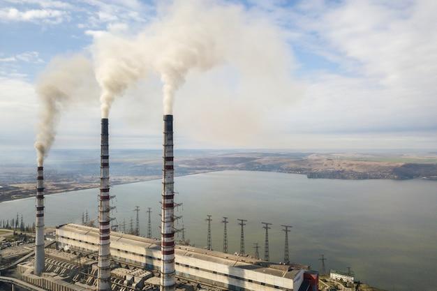 発電所の背の高いパイプ