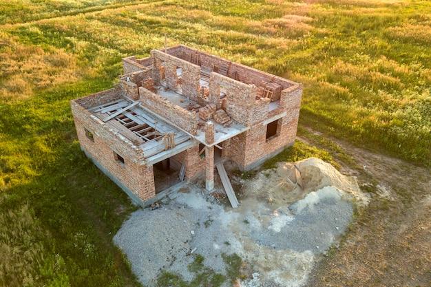 Вид с воздуха на строительной площадке для будущего дома.