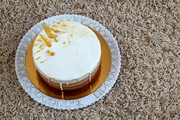 Торт на день рождения украшен разноцветными полосками