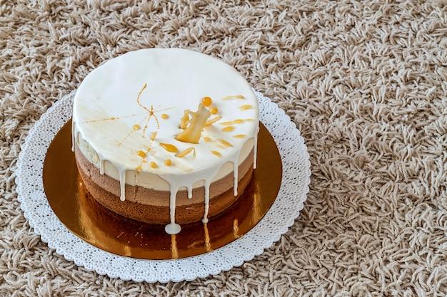 カラフルなストライプで飾られたおいしい自家製チョコレート大理石のバースデーケーキ