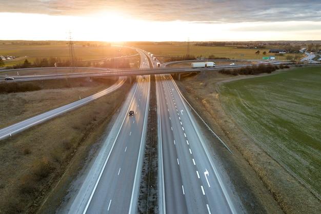 夜明けに近代的な高速道路の交差点