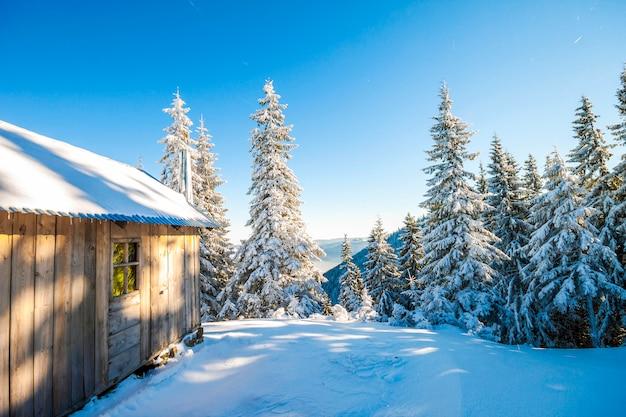 羊飼いの家と冬の山のパノラマ。