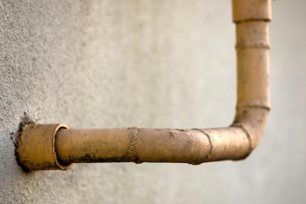 溶接継ぎ目と古い汚れた塗装黄色の天然ガス管のクローズアップの詳細