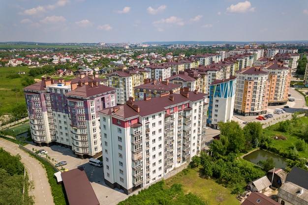 アパートやオフィスの高層ビル、駐車中の車、都市景観の平面図。