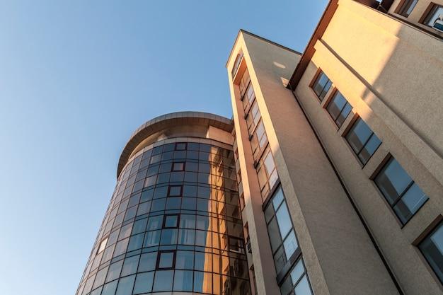 Фрагмент фасадной стены современного стеклянного небоскреба