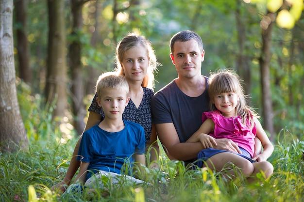 屋外の森で家族。