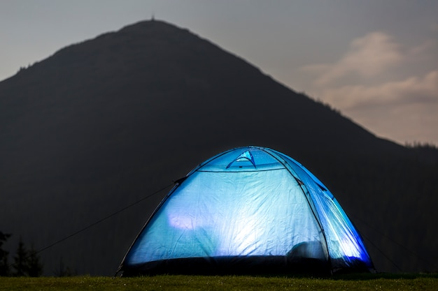 夜の夏のキャンプ