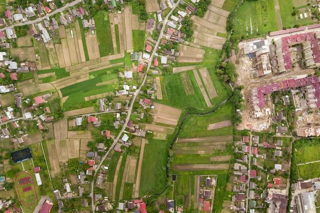 Вид на город или деревню с рядами зданий