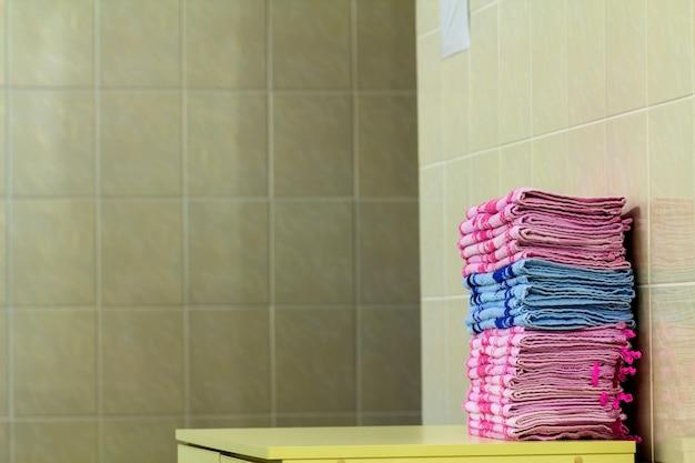 ピンクのバスタオルのクローズアップのスタック