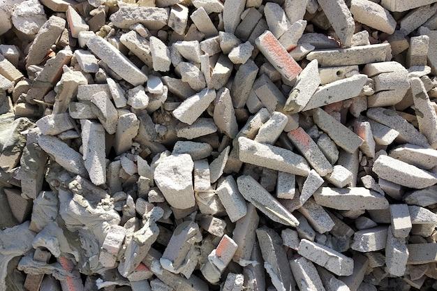 建設現場で壊れたゴミ石膏の山。