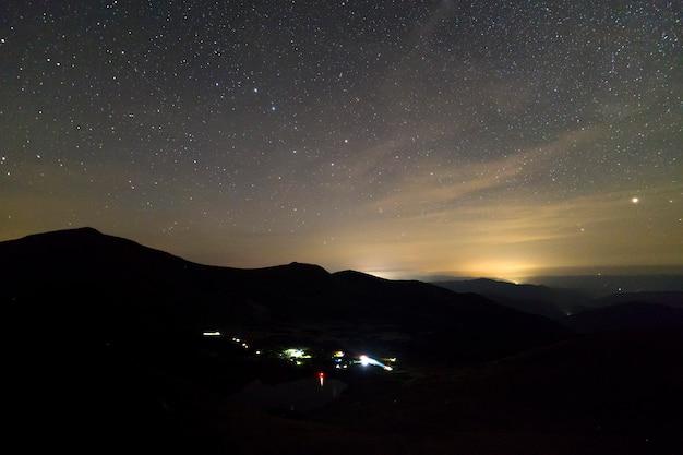 星が空を覆っている山の夜の風景。