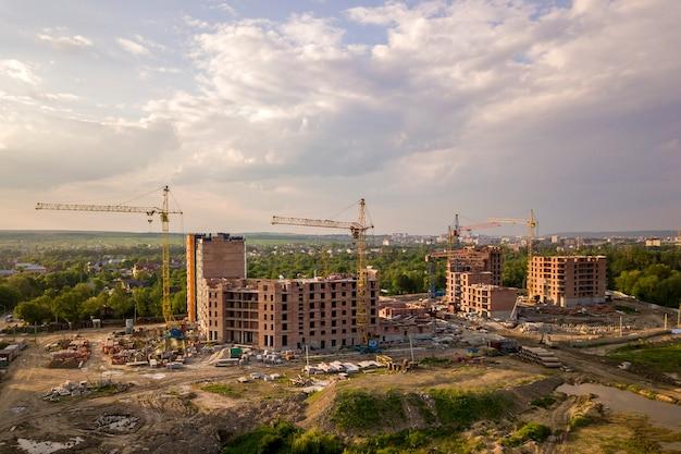 建築現場の空撮。建設中のアパートまたはオフィスビル
