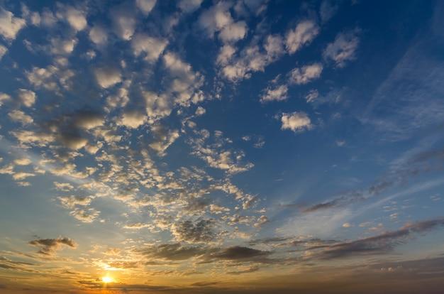日の出または日没の空のパノラマ。暗い青い雲の美しい景色
