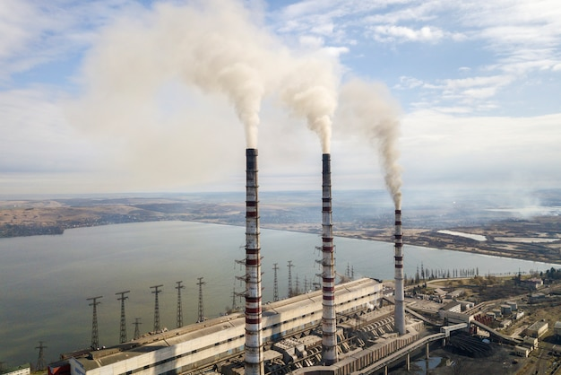 発電所の背の高いパイプ、白い煙