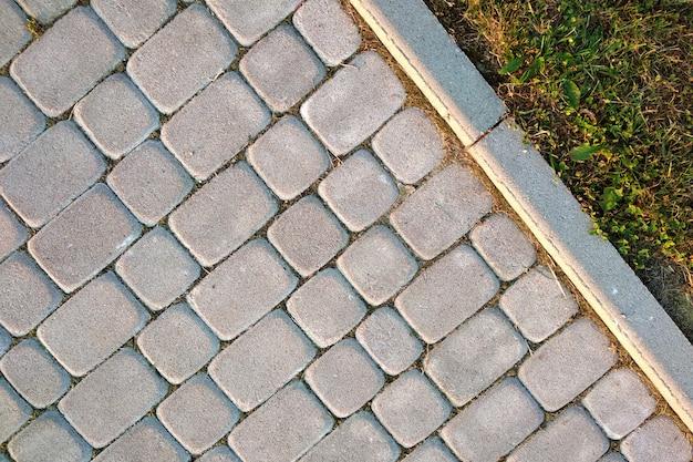 公園または裏庭でスラブ石舗装されたパスの方法のクローズアップ。家の庭で歩道歩道道路。