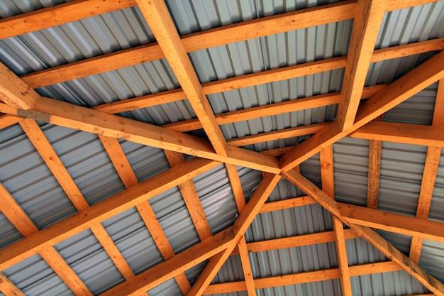 内側から新しい屋根の木製フレーム。建設フレームワーク。