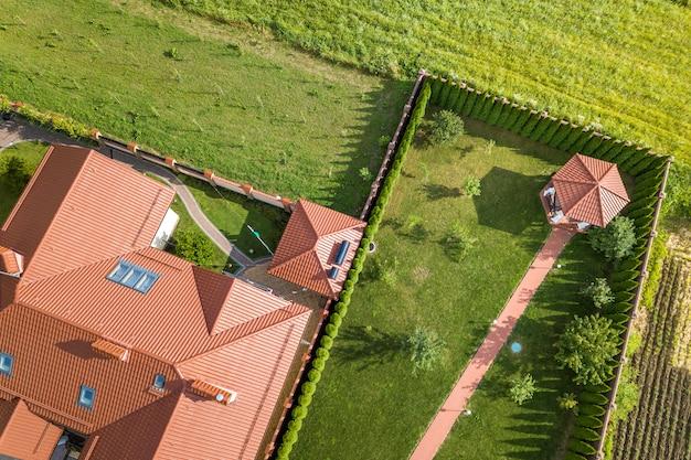 住宅の新しい家の空撮。