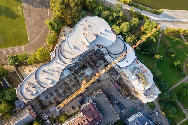 建設中の高層ビルの空中写真。