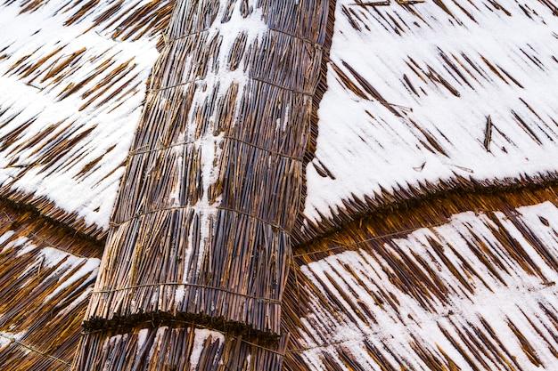 雪でわらから作られた屋根の詳細画像