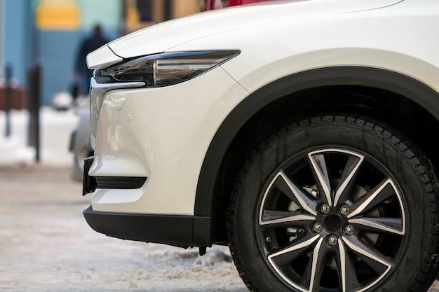 白い現代車の前部をクローズアップ