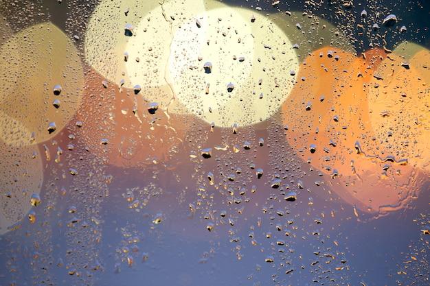 Абстрактный красочный фон боке с желтыми кругами и каплями воды