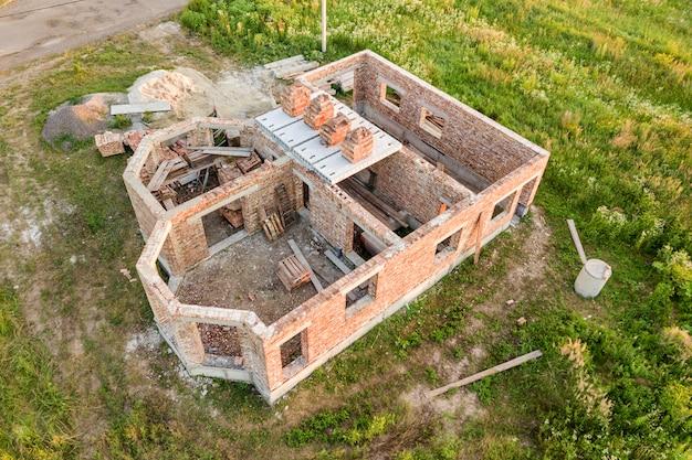 将来の家、レンガの地下室、建設のためのレンガのスタックのためのサイトの構築の空撮。
