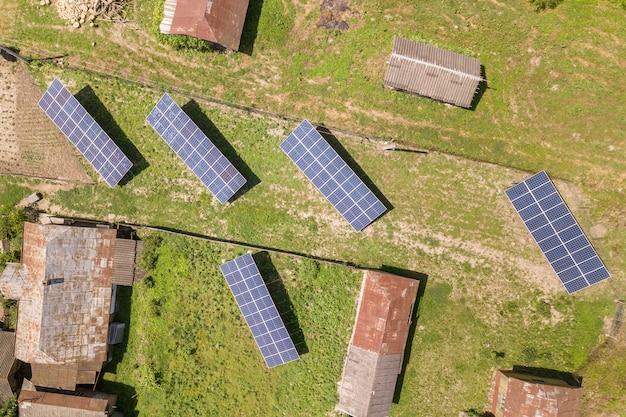 Вид с воздуха на панели солнечных батарей в сельской местности страны.