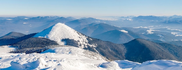 冬の山の風景のパノラマ。白い雪に覆われた山の丘