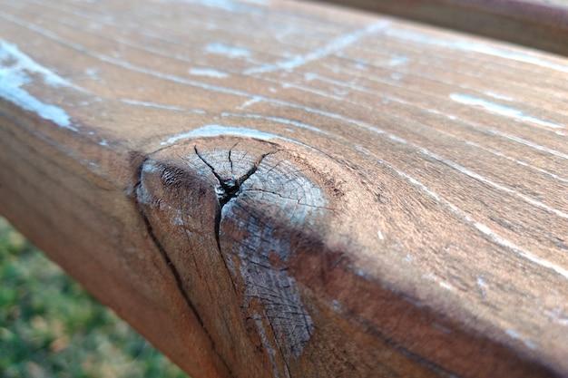 亀裂やノットと古い風化した木の板のクローズアップ
