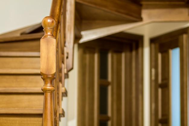 モダンな茶色のオークの木製の階段