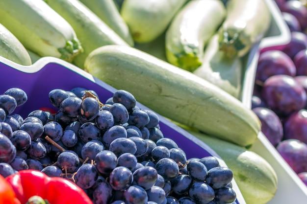 さまざまなカラフルな新鮮な果物や野菜の農家の果物市場
