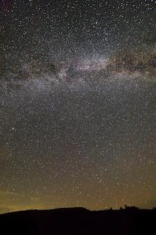 星と山の夜の風景