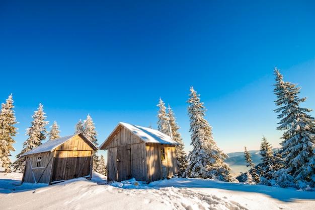 羊飼いの家と冬の山のパノラマ