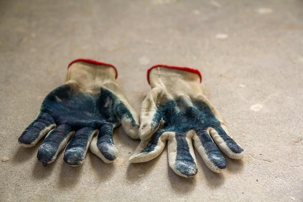 Использовали старые грязные рваные рабочие перчатки