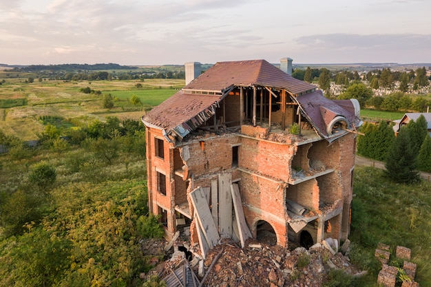 地震後の古い台無しにされた建物。