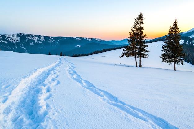 Красивый зимний пейзаж в горах со снежной тропой в степи