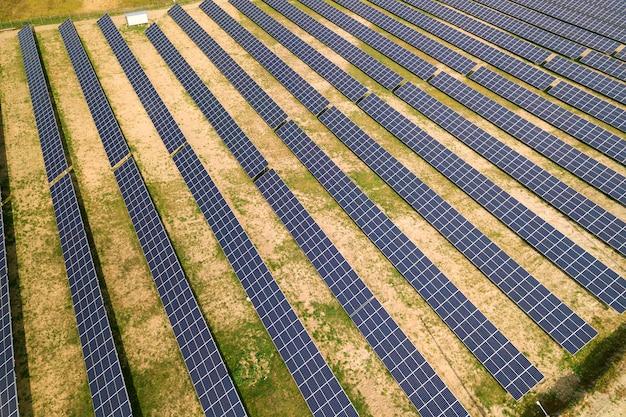 太陽光発電所の空撮。クリーンな生態学的エネルギーを生産するための電気パネル。