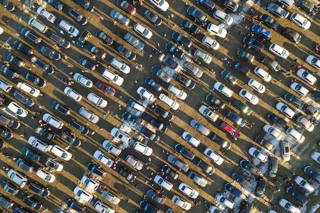 駐車場に駐車されている多くの車の空中ドローン画像