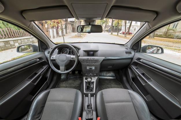 豪華な車のインテリアの詳細。快適な座席