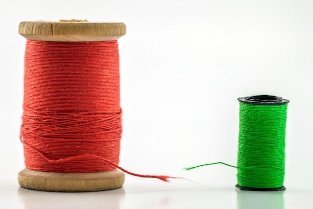 Катушки или катушки разноцветных швейных ниток