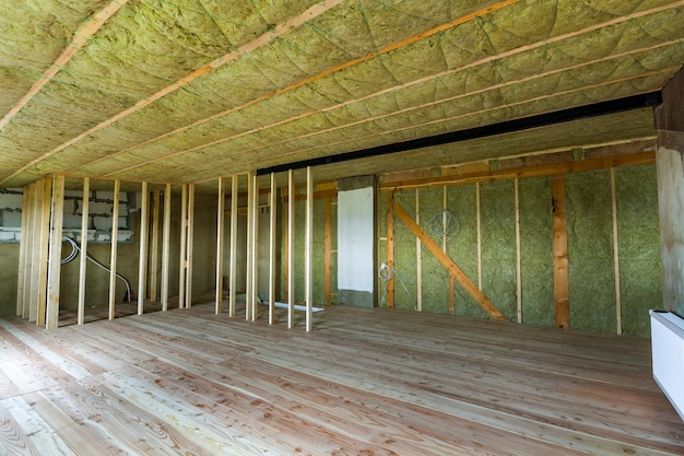 大きな広々とした空の未完成の屋根裏部屋の建設と改修